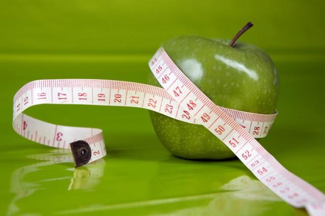 Красивая женщина на диете сбросить вес здоровый образ жизни сток.
